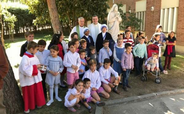Opus Dei - Bendición de una imagen de Santa Teresa de Calcuta en San Alberto Magno, en Vallecas