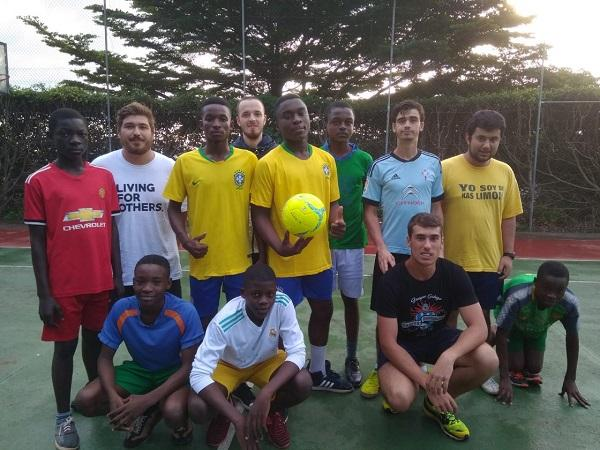Estudantes galegos levan educación, ladrillos e fútbol a Camerún