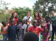 Medizinerinnen helfen in der Kinderstation von Kimbondo (Kinshasa)