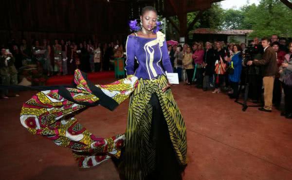 Los diseños asturianos se tiñen de colores de África