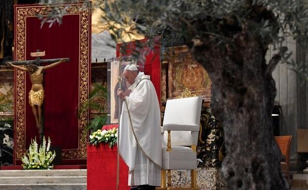 與教宗一起參與聖週禮儀