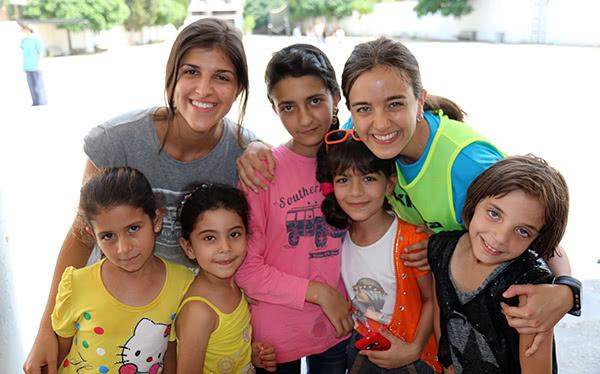 Opus Dei - Jugar i cantar amb els nens refugiats del Líban