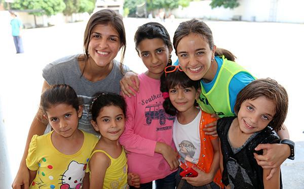 Jugar i cantar amb els nens refugiats del Líban