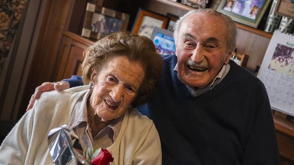 Están casados hace 72 años y en el Día de los novios él la sorprendió con un ramo de flores