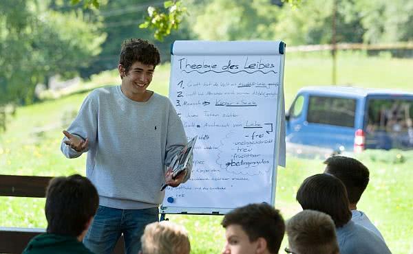 Wie der Glaube unter jungen Menschen wächst: durch Bildung