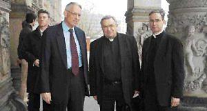 Vor dem Martin-Gropius-Bau: Horst Hennert, Leiter des Berliner Opus Dei, Kardinal Karl Lehmann, Prälat Dr. Christoph Bockamp, Leiter des Opus Dei in Deutschland (v. li.). (Foto: Mirschel)