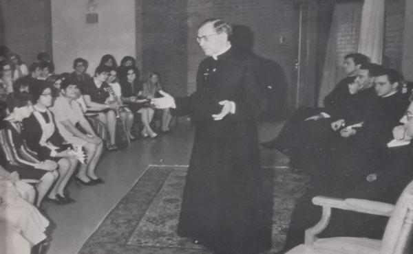 Primera visita al ESDAI y Consagración del altar