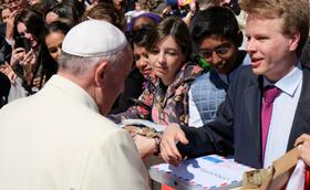 """""""Bapa Suci, kami membawa padamu surat-surat dari para lansia dan anak-anak panti asuhan"""""""