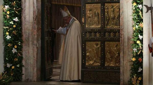البابا فرنسيس يغلق الباب المقدس في بازيليك القديس بطرس