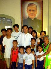 Parish priest Father Jonas Agustin (center) with some parishioners.