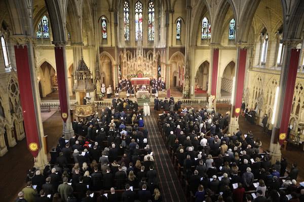 Opus Dei - Begräbnisfeier für Student Pedro in Manchester – mit 500 Gläubigen