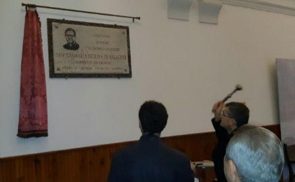 """Una placa de san Josemaría en el lugar donde """"vivió, se formó y se ordenó"""""""