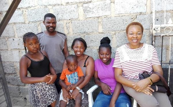 Rescata niñas de la calle y las convierte en estudiantes de Medicina