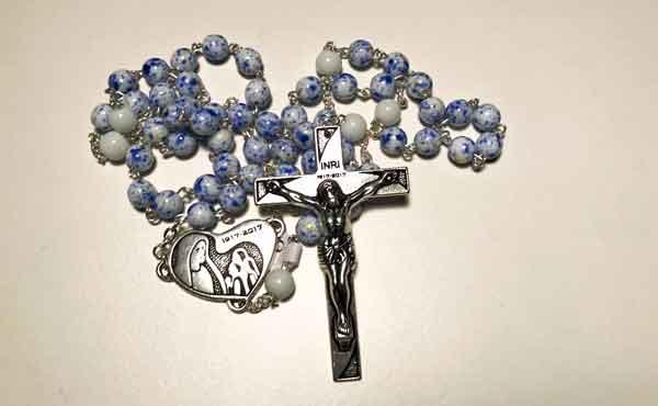 Opus Dei - Met bisschoppen rozenkrans bidden voor vrede