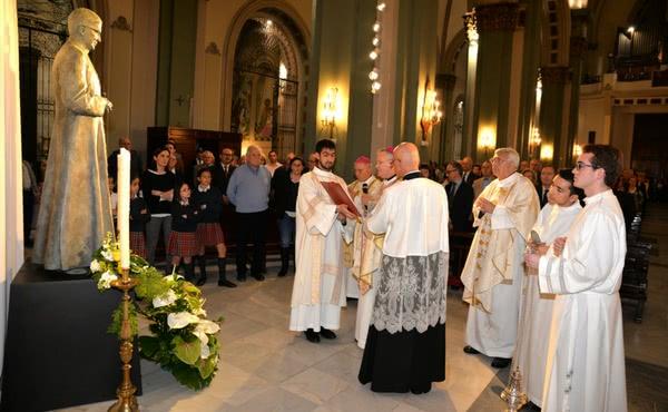 Opus Dei - El Obispo bendice una imagen de San Josemaría Escrivá en Cartagena