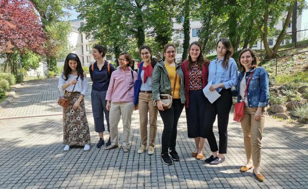 Wien: Studentinnen singen in Coronazeiten für Senioren