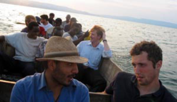 Estudiantes suecos construyen una escuela en Uganda
