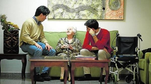 Opus Dei - Así se vuelcan los jóvenes con los mayores que viven solos
