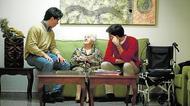 Así se vuelcan los jóvenes con los mayores que viven solos