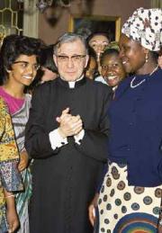 Šv. Chosemaria su keliomis Opus Dei moterimis iš Afrikos.