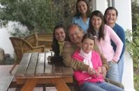 Viiden tyttärensä kanssa