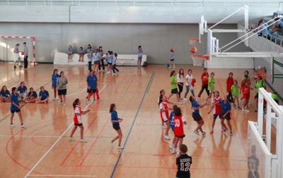 El Club Almedina organiza estas olimipiadas en las que participan chicas jóvenes de toda España, que compiten en Atletismo, Voleibol y Baloncesto.