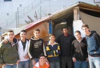 Varios alumnos de Altair con José María, a la puerta de una chabola