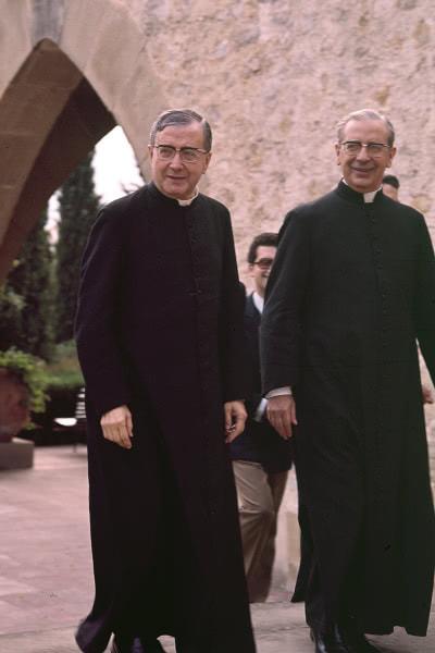 Sant Josepmaria amb Mons. Álvaro del Portillo a Castelldaura (Premià de Dalt) l'any 1972.