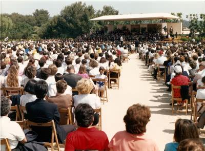 Vista general del camp de futbol del col·legi Viaró l'any 1989, on es van congregar milers de persones per escoltar les paraules d'Álvaro del Portillo.
