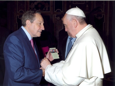 In May 2013, Rafael Alvira shows Pope Francis the prayer card for his parents' cause of canonization.