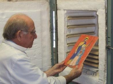 José Alzuet saca del horno de su taller una pintura de la Sagrada Familia