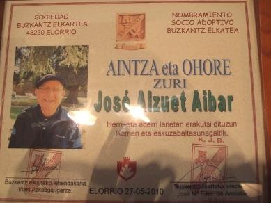 Duela bi urte Elorrioko Elkarte baten ohorezko bazkidea izendatu zuten