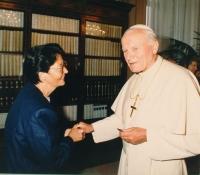 La Dra. Álvarez, durante uno de sus encuentros con Juan Pablo II