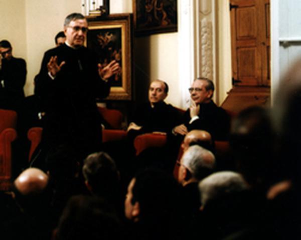 Filmaufnahmen von Treffen mit Priestern