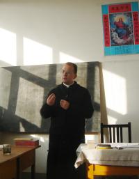 Dando clases a seminaristas de la Iglesia 'underground'.