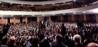 En Argentine, au cours d'une réunion générale avec lpus de cinq mille personnes, au Theatre Coliséo
