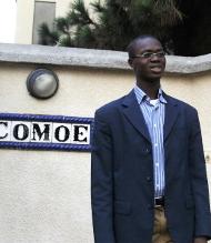 Casimir devant l'entrée de la Résidence Universitaire