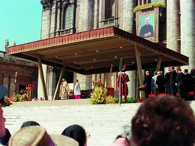 Le Pape Jean-Paul II prononce l'homélie au cours de la messe de béatification