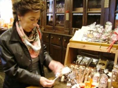 Begona en el interior de la chocolatería