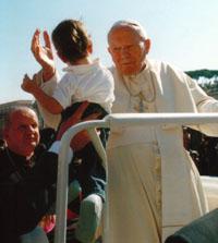 La niña, en brazos de Juan Pablo II, el día de la canonización de san Josemaría.