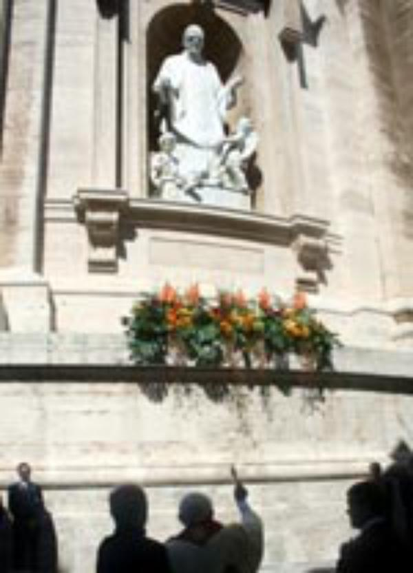 Påven välsignar en staty av den helige Josemaría