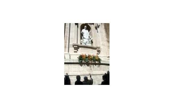 Opus Dei - 教宗祝福圣施礼华大理石雕像