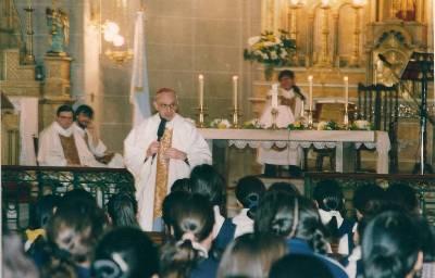 El Cardenal Bergoglio durante una visita al colegio Buen Consejo -en el que la formación cristiana está a cargo de la Obra-, ubicado a pocas cuadras de la Villa 21, el mayor asentamiento informal de viviendas precarias en la ciudad.