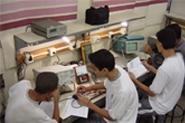 Alumnos de Pedreira aprenden un oficio.