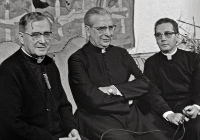 San Josemaría, don Álvaro y Mons. Javier Echevarría, en 1974.