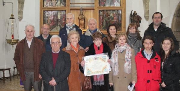 Familieleden van Dora tonen de apostolische zegen van paus Franciscus.