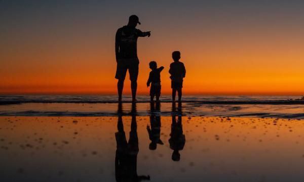Irmãos que olham para o pai