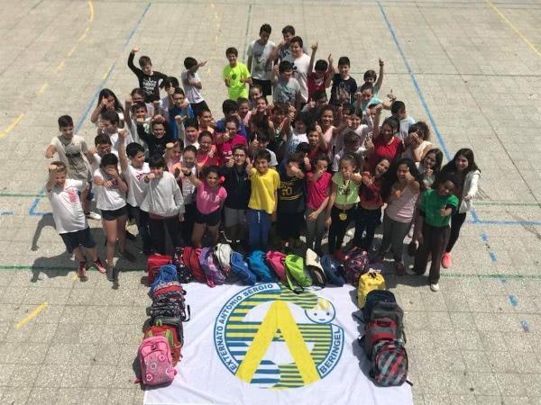 """Opus Dei - 2000 """"mochilas solidárias"""" de Portugal para crianças de Cabo Verde"""