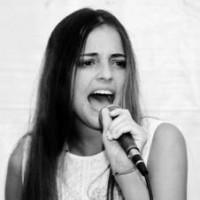Carla cantando en una presentación