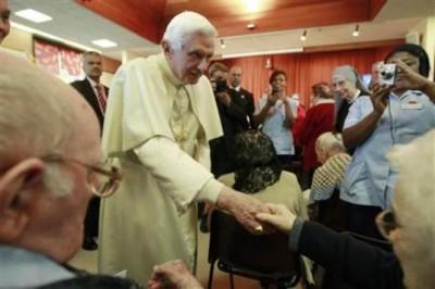 El Papa saluda durante la visita a los ancianos, casa de reposo San Pedro. Foto: Reuters